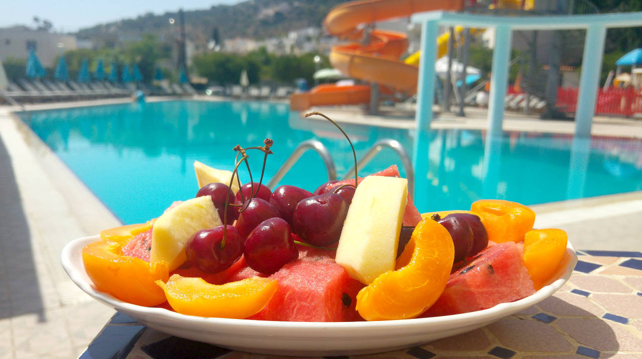 Fresh seasonal fruits and refreshing dives in the pool!